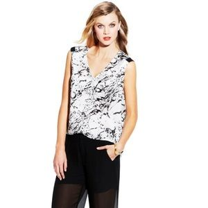 Vince Camuto V-NECK MARBLE STONE BLOUSE